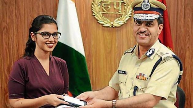 Muhammad Akil, commissioner of police, returns Anchal's mobile phone on Monday. She had lost it four months ago near Sector 29 in Gurugram.(Parveen Kumar/HT photo)