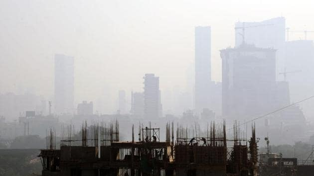 Meteorological factors in Mumbai allow the tinier, deadlier pollutants to stay in the air longer.(HT File)