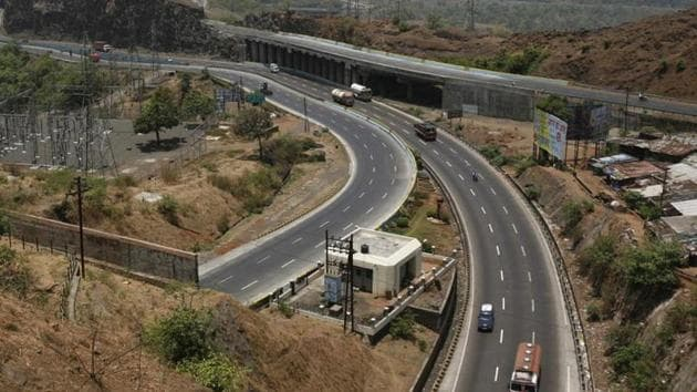 The Mumbai-Pune expressway is being improved at a cost of ₹6,695 crore, which is expected to reduce the travel time between the two cities by 25 minutes.(HT File Photo)