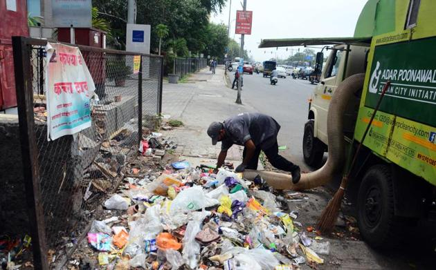 A worker of Adar Poonawala collecting garbage, mostly plastic waste, at Vimannagar.(Shankar Narayan/HT PHOTO)