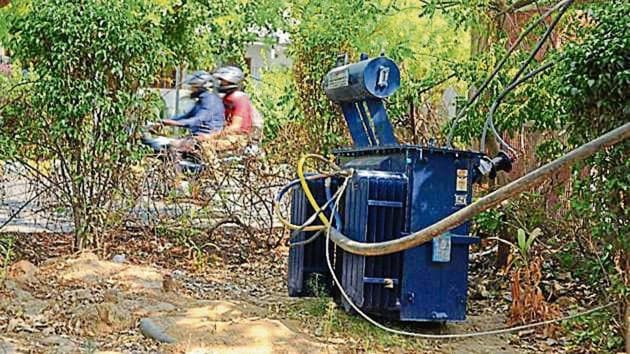 The discom had issued 10 new transformers for the Palam Vihar colony to improve electricity supply in the region. The area had been reeling under acute power shortage for the last two months.(HT Photo)