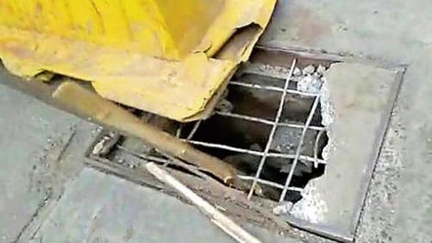 The Deonar police said Sayyed was on his way to a petrol pump around 12.05am, when he saw a yellow barricade in the middle of the road.(HT Photo)