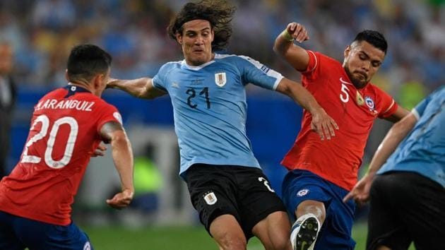 Uruguay's Edinson Cavani (C) is marked by Chile's Charles Aranguiz (L) and Paulo Diaz during their Copa America football tournament group match at Maracana Stadium in Rio de Janeiro, Brazil, on June 24, 2019. (Photo by Mauro PIMENTEL / AFP)(AFP)