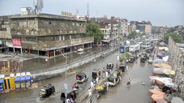 The condition of majority of the roads in Amritsar is poor. Waterlogging during the rainy season makes things worse for commuters.(Sameer Sehgal)