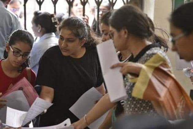 Delhi university aspirants fill their admission forms for the new academic session.(Sanchit Khanna/ Hindustan Times)