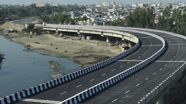 The deadline was set by deputy chief minister Keshav Maurya during a meeting with PWD and UP State Bridge Corporation officials. Kukrail Flyover was inaugurated by union minister Rajnath Singh on March 7.(Subhankar Chakraborty/HT PHOTO)