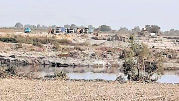 Farmers claim that the contractors are mining sand illegally in Dostpur Mangroli Bangar(HT Photo)