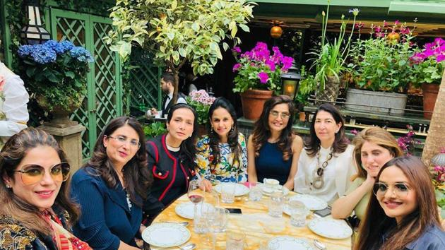 Queenie Singh (fourth from right) with Madhoo Shah (extreme right), Devaunshi Mehta (third from right) and others at Anabel's.(HT Photo)