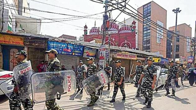 Police seen patrolling after the clashes broke out over a parking issue, at Lal Kuan Bazar, Hauz Qazi, India.(Sonu Mehta/ Hindustan Times)