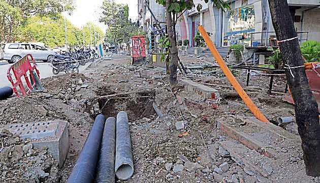 Power utility officials state that their underground cables are getting damaged during the Smart City works.(Rahul Raut/HT PHOTO)