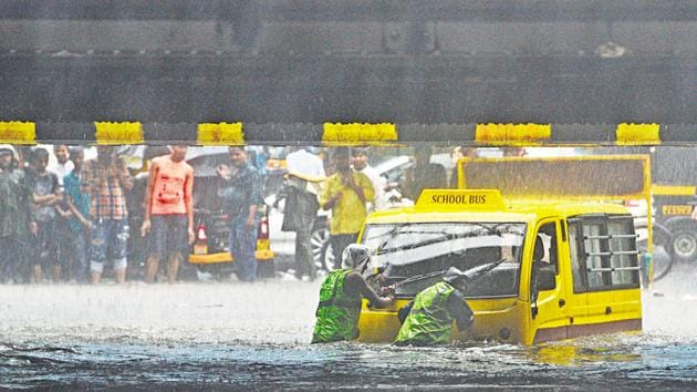 A van breaks down in the middle of a flooded road in Andheri.(Satyabrata Tripathy/HT Photo)
