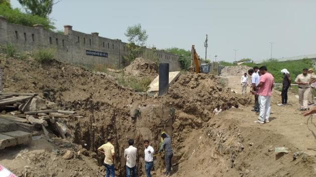 Rescue teams recovered the body of 19-year-old, three days after he and two other colleagues were trapped at a Delhi Jal Board (DJB) sewer line in west Delhi's Keshopur.(HT Photo)