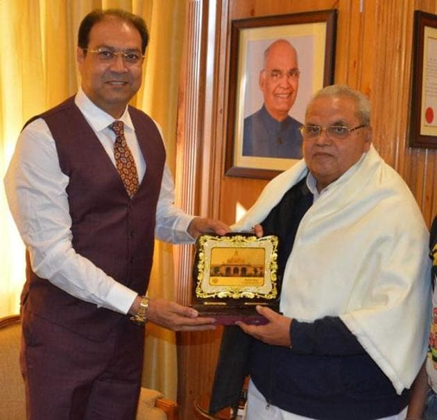 UP minister Mohsin Raza presenting a memento of UP Vidhan Sabha to Jammu and Kashmir governor Satyapal Malik. Raza is on Kashmir visit these days.(HT)