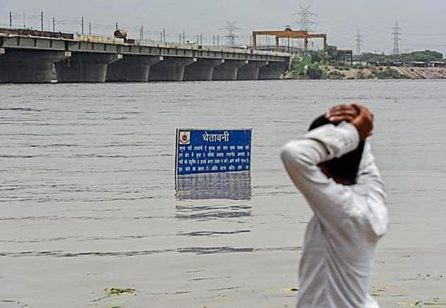 A view of swollen Yamuna river. Water level of the Yamuna river near Kalindi Kunj reached the highest level. The authorities evacuated families who were staying on Yamuna flood plains to makeshift tents set up by the Delhi government, in New Delhi.(Burhaan Kinu/ Hindustan Times)
