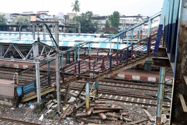 The 40-year-old FoB on the eastern side not only helped people from areas such as Patkar Road, Rath Road and Madhuban Talkies Lane reach the station faster but also aided them to cross over to the western side of Dombivli station.(HT Photo)