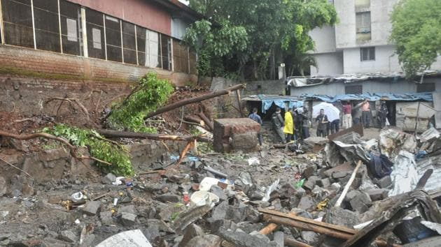 Rescue team at the site where a wall of Singhad Institute collapsed on the makeshift shelters of labourers at Ambegaon area, in Pune.(PTI)