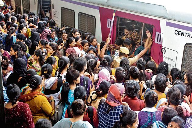 At Thane railway station: After a day of mayhem and staying indoors, Mumbaiites stepped out for work on Wednesday, only to be greeted with more chaos.(HT PHOTO)