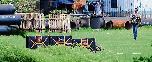 Navi Mumbai Police's bomb squad defused the bomb found at Kalamboli on Monday.(HT Photo)