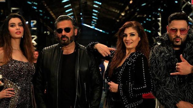Khandani Shafakhana song Sheher Ki Ladki features Raveena Tandon, Suniel Shetty with Badshah and Diana Penty.