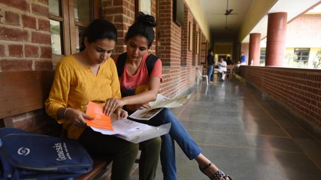 Students fill their admission forms for the new academic session as Delhi University released its second cut off list, at Miranda House, in New Delhi, India, on Thursday(Sanchit Khanna/HT PHOTO)