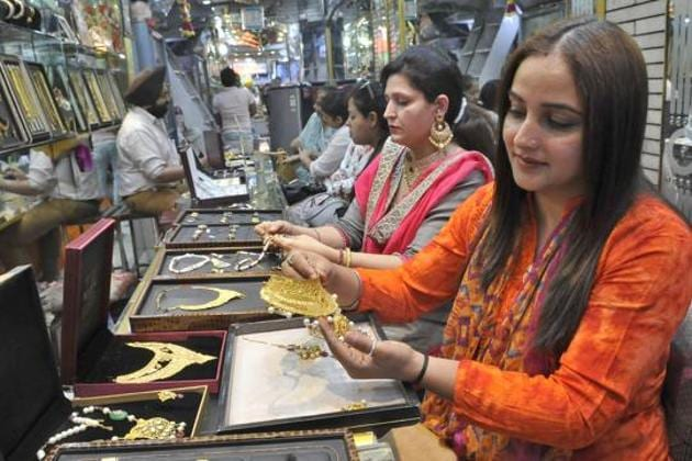 Buyers are seen at a gold jewellery shop in Ludhiana in this file photo.(Gurminder Singh/HT Photo)