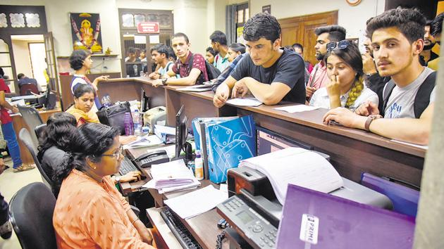 Students seeking FYJC admission enquire about the process at Fergusson college on Thursday.(Sanket Wankhade/HT PHOTO)