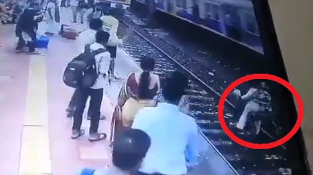 Twitter is all praises for the cops and has hailed them as heroes.(Twitter/@WesternRly)