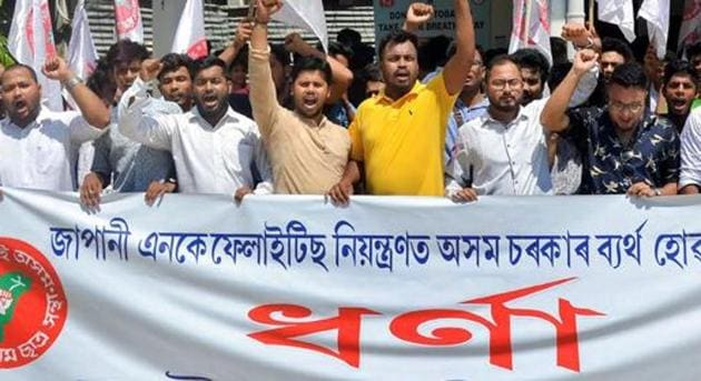 Activists of the All Assam Students' Union (AASU) stage a protest in Guwahati against the government over the deaths due to Japanese Encephalitis in the state.(PTI)