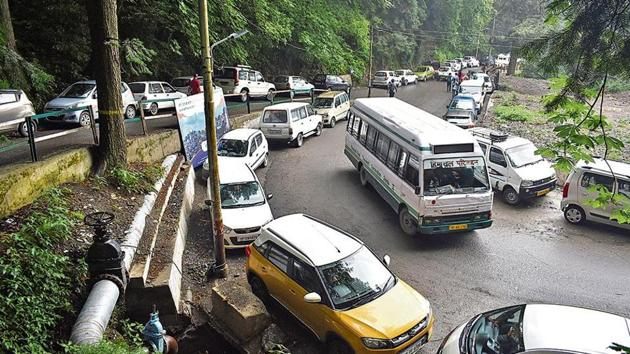 Police surveys say that nearly 10,000 vehicles in Shimla are parked on both lateral and main roads, leading to traffic congestion and jams.(HT Photo)