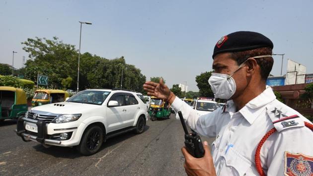 A traffic police man uses pollution mask near Rail Bhawan, Rafi Marg in New Delhi, India.(Sonu Mehta/HT PHOTO)