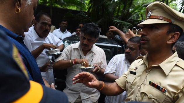 Karnataka Congress leader DK Shivakumar outside a Mumbai hotel on Wednesday.(Satish Bate/HT Photo)