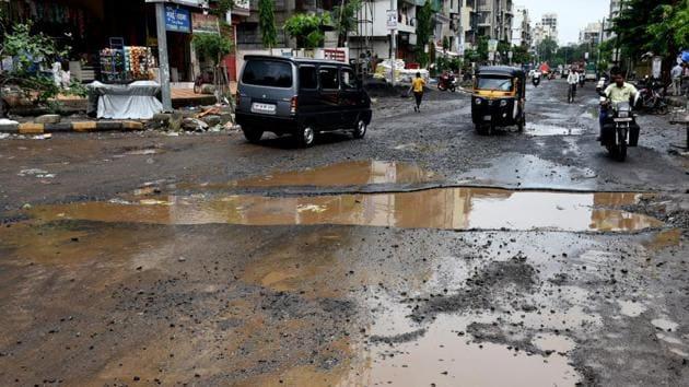 Pothole at Sector -5 Karanjade in Navi Mumbai. BMC said citizens across Mumbai reported 1,070 potholes between June 10 and July 09 on the mobile app MCGM 24X7.(Bachchan Kumar/ Hindustan Times)