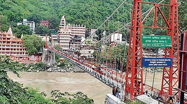 The Uttarakhand government on Friday declared the Lakshman Jhula, the iconic suspension bridge across river Ganga in Rishikesh, out of bounds for pedestrians and traffic.(HTPhoto)