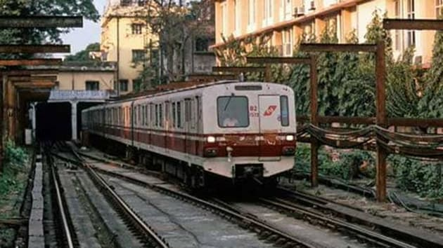 A middle-aged man, identified as Sajal Kanjilal, died in a freak accident in Kolkata Metro on Saturday evening when he fell from a running coach while trying to board it.(Twitter/metrorailwaykol )