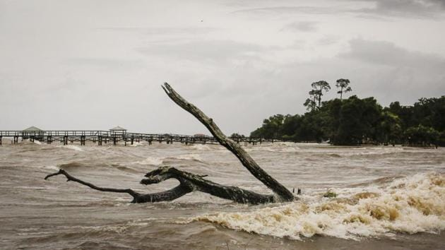 Storm water surges near Lake Pontchartrain, after Tropical Storm Barry makes landfall in Lewisburg, Louisiana U.S.(Bloomberg)