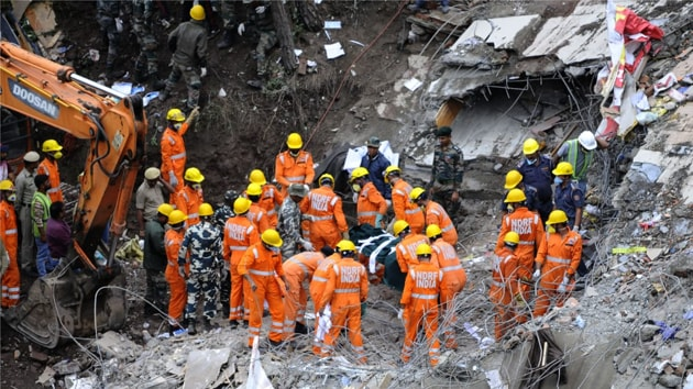 Himachal Pradesh CM Jai Ram Thakur visitied the spot to see the rescue work after a building collapsed on Kumarhatti-Nahan road near Solan.(Anil Dayal/Hindustan times)