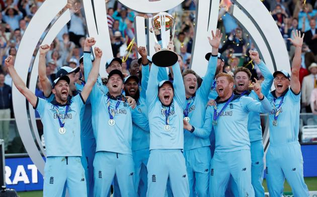 England's Eoin Morgan and team mates celebrate winning the world cup with the trophy.(Reuters)