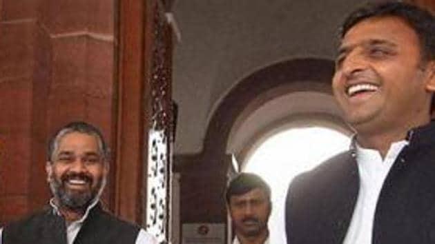 Samajwadi Party leaders Mulayam Singh Yadav, Akhilesh Yadav, and Neeraj Shekhar (in centre) at Parliament House.(HT FIle Photo)