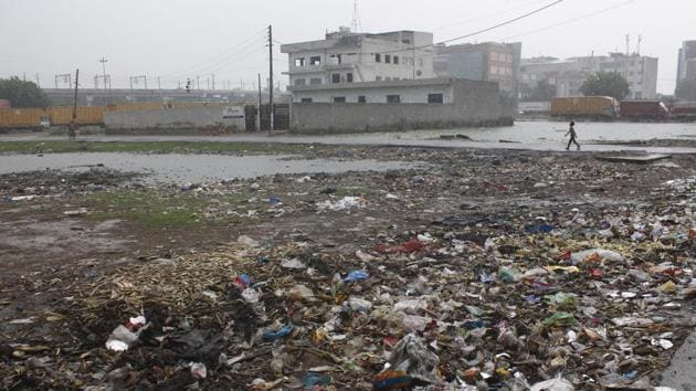 Stagnant water and garbage dumped near the Faridabad Smart City Limited office in Sector 20-A in Faridabad. Solid waste management is one of the key issues that needs to be tackled on priority.(Yogendra Kumar/HT PHOTO)