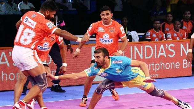 Tamil Thalaivas raider Ajay Thakur in action.(Pro Kabaddi League)