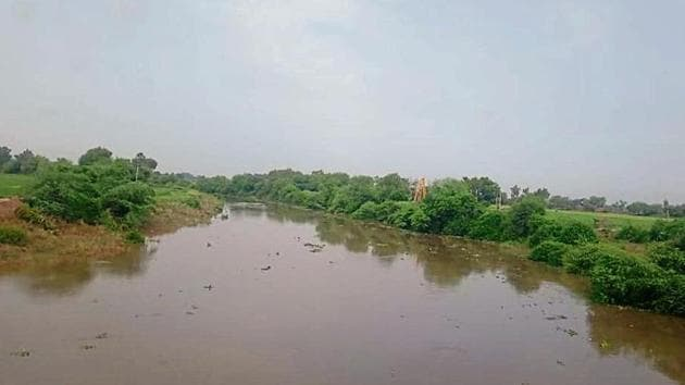 Nearly 4,650 cusecs water was recorded in the Ghaggar river near Rania town of Haryana's Sirsa district.(HT Photo)
