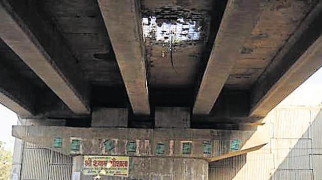 The damaged portion of the Rampura flyover on the Delhi-Jaipur highway.(Parveen Kumar/Hindustan Times)