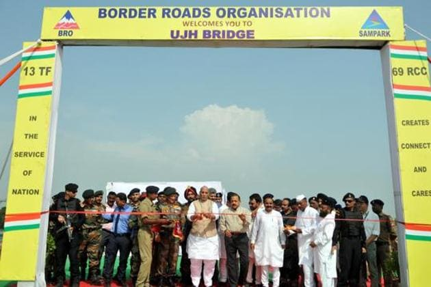 Union Defence Minister Rajnath Singh, along with Chief of Army Staff General Bipin Rawat and Union Minister Jitendra Singh, inaugurates the Ujh Bridge in district Kathua of Jammu and Kashmir, on Saturday.(Nitin Kanotra / Hindustan Times)