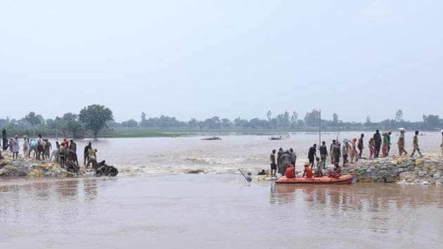 The army, NDRF and local residents trying to plug the remaining part of the breach at Phulad village in Moonak subdivision of Sangrur on Monday, July 22, 2019.(HT Photo)
