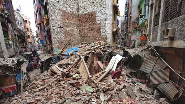 A five-storey dilapidated building collapsed in central Delhi's Nabi Karim area near Paharganj(HT Photo/Amal KS)