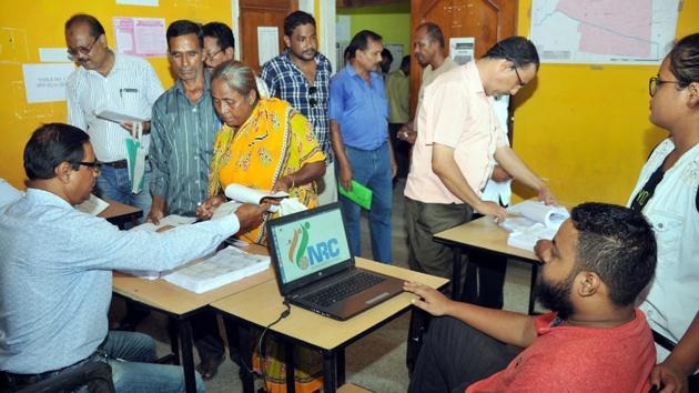 People check their name on the draft list of the National Register of Citizens at a seva kendra, Hatigaon, Guwahati, July 30, 2018(Rajib Jyoti Sarma / Hindustan Times)