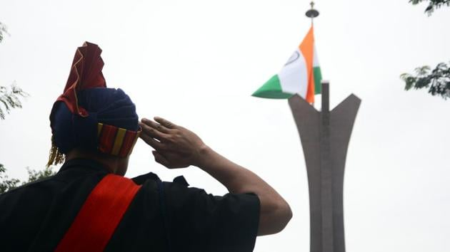Army personnel pay tribute to the martyr at National war memorial on Kargil Vijay Divas.(Shankar Narayan/HT PHOTO)
