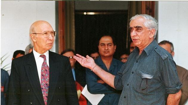 Foreign minister Jaswant Singh with his Pakistan counterpart, Sartaj Aziz, 1999(HT PHOTO)