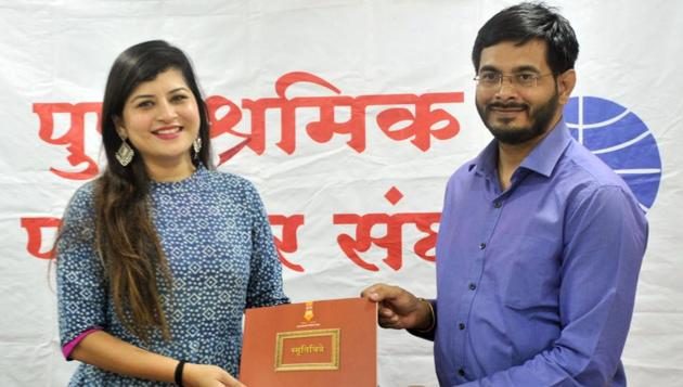 Singer Savaniee Ravindrra (LEFT) felicitated by Prasad Kulkarni, president, Pune Union of Working Journalists, during the Sanskrutik Katta organised at Patrakar Sangh on Monday.(HT PHOTO)