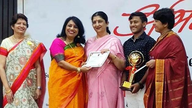 Kushagra Aggarwal and his teacher Neelam Gupta were honoured(HT)